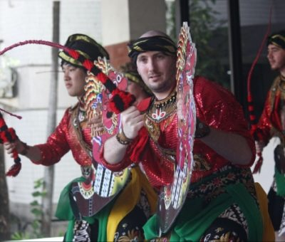 A student from the Queensland University of Technology (QUT) in Australia performs the Jaranan Dance in Surabaya as part of the campus's summer program in 2018. Photo: ANTARA FOTO/Moch Asim